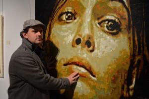 """BV Skin Art devant son œuvre intitulée """"Galatée"""", le soir du vernissage"""